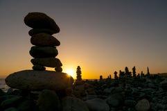Kamienni ostrosłupy na zmierzch plaży Tenerife Zdjęcie Stock