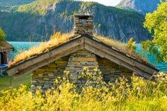 Kamienni połowów domy w Oppstrynsvatn jeziorze w zarządzie miasta Stryn w Sogn og Fjordane okręgu administracyjnym, Norwegia obraz stock