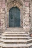 Kamienni schodki prowadzi zamknięty drzwi Zdjęcie Stock