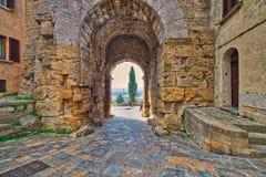 Kamienny łuk w ulicie Volterra obraz royalty free