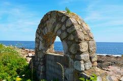 Kamienny łuk Wzdłuż linii brzegowej Obraz Royalty Free