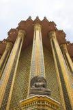 Kamienny Buddha przed Tajlandzkim architektem w Szmaragdowej Buddha świątyni, Bangkok, Tajlandia Zdjęcia Stock