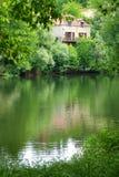 Kamienny dom na udział rzece, południowy Francja Zdjęcia Royalty Free