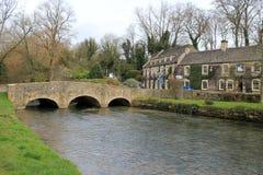 Kamienny footbridge krajobraz w cotswolds, England obrazy stock