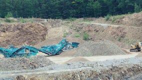 Kamienny gniotownik w łupie Pracująca górnicza maszyna - kamienny gniotownik Quarrying kamienie dla robot budowlany zdjęcie wideo