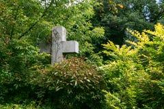 Kamienny grób krzyż w cmentarzu Obrazy Royalty Free
