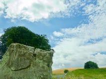 Kamienny i chmurny niebo fotografia stock