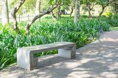 Kamienny krzesło w parku obrazy royalty free