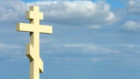 Kamienny krzyż na błękitnym chmurnego nieba tle, silna duchowa wiara, chrześcijaństwo obraz royalty free