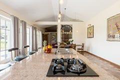 Kamienny kuchenny kontuar z kuchenką zdjęcia royalty free