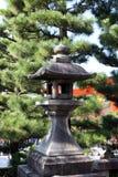 Kamienny lampion Japońskiego stylu i sosny tło w Fushimi Inari Taisha Sintoizm świątyni Fotografia Royalty Free