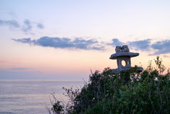 Kamienny lampion przy zmierzchem na morzu Zdjęcie Stock
