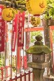 Kamienny lampion zakrywający z zielonym mech w małej Shintoist Shozoku Inari świątyni zdjęcia stock