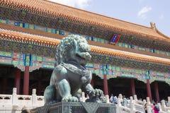 Kamienny lew przed Niedozwolonym miastem zdjęcia royalty free