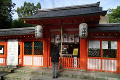 Kamienny lew w Ujigami świątyni, Sintoizm świątynia w mieście Uji w Kyoto prefekturze, Japonia zdjęcie royalty free