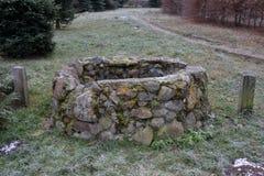 Kamienny manhole w trawie zdjęcie stock