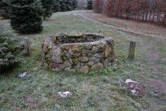 Kamienny manhole w trawie zdjęcia royalty free
