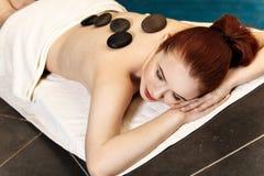 Kamienny masaż, kobieta dostaje gorącego kamiennego masaż Obraz Royalty Free
