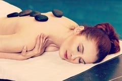 Kamienny masaż, kobieta dostaje gorącego kamiennego masaż Zdjęcia Stock