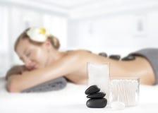 Kamienny masaż Piękna kobieta dostaje gorącego kamienia masaż w zdroju Zdjęcia Royalty Free
