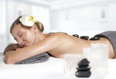 Kamienny masaż Piękna kobieta dostaje gorącego kamienia masaż w zdroju Zdjęcie Stock