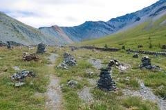 Kamienny miasteczko w Yarloo halnej dolinie z kamiennymi zabytkami altai dzie? trwa? g?ry lato siberia Rosja obraz stock