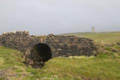 Kamienny most z kasztelem w odległości, Burren sposób Obraz Stock
