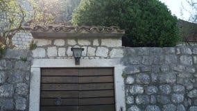 Kamienny ogrodzenie w Montenegro blisko willi morskiej zbiory wideo