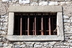 Kamienny okno z rdzewiejącymi metali barami fotografia royalty free