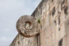 Kamienny pierścionek przy wielkim balowej gry sądem w Chichen Itza, Meksyk Obrazy Royalty Free