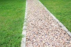 Kamienny przejścia tło z zieloną trawą, plenerowi natura wzory obraz stock