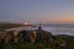 Kamienny punkt zwrotny na faleza wierzchołku na plaży fotografia royalty free