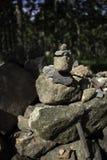 Kamienny równoważenie wśród lasu fotografia stock