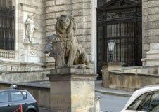 Kamienny rzeźba lew z osłoną, Neue Burg lub New Castle, Wiedeń, Austria obraz royalty free