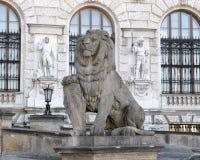 Kamienny rzeźba lew z osłoną, Neue Burg lub New Castle, Wiedeń, Austria zdjęcia stock