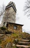 Kamienny schodka prowadzenie chałupa z wierza na ciemnym chmurnym dniu zdjęcie royalty free