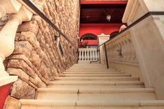 Kamienny schodka strzał od dna gdy prowadzą do balkonu Obrazy Royalty Free