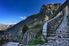 Kamienny schody który prowadzi fortecę w Kotor oddolny fotografia royalty free