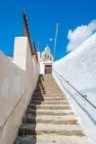 Kamienny schody pod niebieskim niebem i chmurą w Santorini wyspie Obrazy Royalty Free