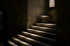 Kamienny schody w ciemnym średniowiecznym grodowym dungeon zdjęcie royalty free