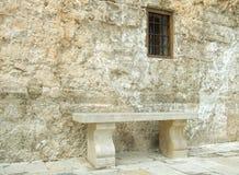 Kamienny Seat & okno - Kamienna ściana & ławka fotografia stock