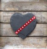 Kamienny serce na drewnianym tle zdjęcia stock