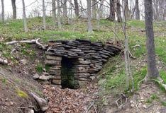 Kamienny springhouse na zaniechanym gospodarstwie rolnym w wiośnie Zdjęcie Stock