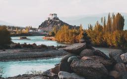 Kamienny stupy przedpole z Stakna Gompa, rzeka indus przed zmierzchem z i fotografia royalty free
