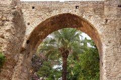 Kamienny łuku ogródu Alcazar Royal Palace Seville Hiszpania Obraz Royalty Free