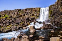 Kamienny urwisko i siklawa w parku narodowym Thingvellir w Iceland 12 06,2017 Zdjęcia Royalty Free