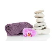 Kamienny wierza z ręcznikiem i storczykowym kwiatem Obrazy Royalty Free