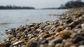 Kamienny wybrzeże plaży jezioro na słonecznym dniu Zdjęcia Royalty Free