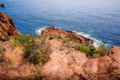 Kamienny wybrzeże z błękitnym morzem Zdjęcie Stock