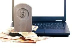 kamienny zabytek, nagrobek z bitcoin symbolu pozycją na stosie/banknoty i czarny notatnik obraz royalty free